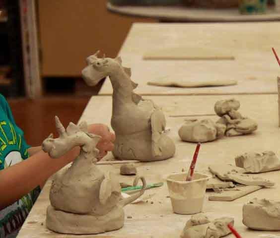 Ateliere modelaj in lut. Dragoni din ceramica